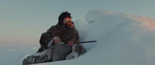 Benjamin Kunuk dans le rôle de Kuanana - Maliglutit (Searchers) de Zacharias Kunuk