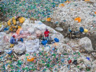 Edward Burtynsky, Dandora Landfill #3, Plastics Recycling, Nairobi, Kenya, 2016 © courtesy Nicholas Metivier Gallery, Toronto / Flowers Gallery, London