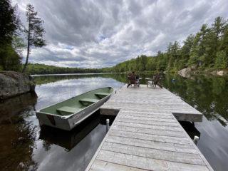 Ming Arcand & Denys Arcand, Fauteuils Adirondack au printemps par temps nuageux, 2020