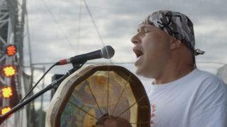 shauit_offre_un_chant_au_tambour-Innu-Nikamu-Festival-Canada-Musiques-Autochtones-Centre-culturel-canadien-Film-Projection